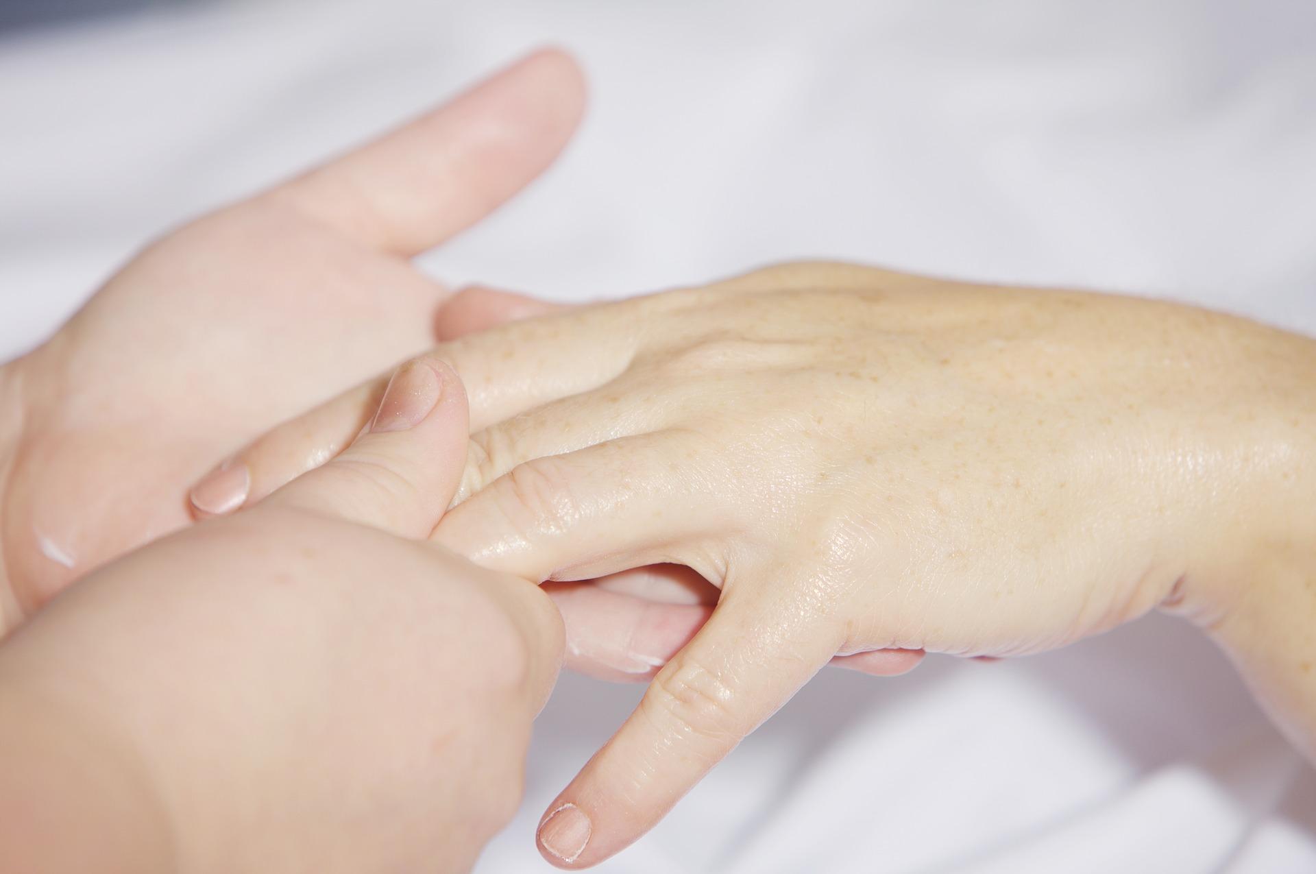 Сухая кожа рук у мужчины